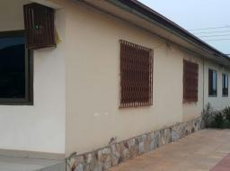 3 bedroom house for rent at Malejor, Valley View University